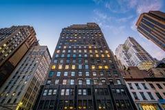 Gebäude entlang 6. Allee in der Dämmerung, in Midtown Manhattan Lizenzfreies Stockfoto
