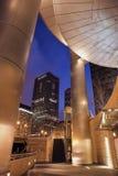 Gebäude entlang Chicago-Fluss Stockfotografie