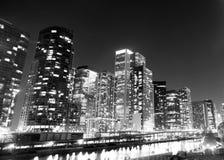 Gebäude entlang Chicago River im Stadtzentrum gelegenen Stadt-Skylinen Illinois Stockbild