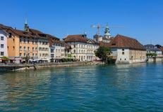 Gebäude entlang dem Aare-Fluss in der Stadt von Solothurn, Switzer Lizenzfreies Stockfoto