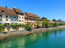 Gebäude entlang dem Aare-Fluss in Solothurn, die Schweiz Stockbild