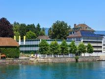 Gebäude entlang dem Aare-Fluss in Solothurn, die Schweiz Lizenzfreie Stockfotografie