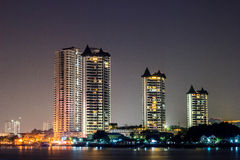 Gebäude entlang dem Fluss nachts Lizenzfreie Stockfotos