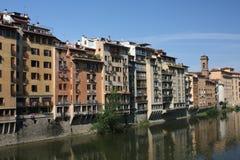 Gebäude entlang Fluss Stockfoto