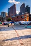 Gebäude entlang Oberflächenstraße, in Boston, Massachusetts Lizenzfreie Stockbilder