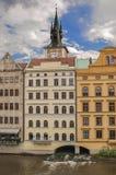 Gebäude errichtet über Fluss in Prag Stockfotos