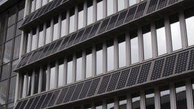 Gebäude-Fassade mit SolarPVs Lizenzfreies Stockbild