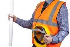 Gebäude-Feldmesser in der orange Sichtweste, die Zeichnungen und Hut hält Stockbild