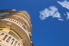 Gebäude gegen den Himmel mit netten Wolken Lizenzfreie Stockfotografie