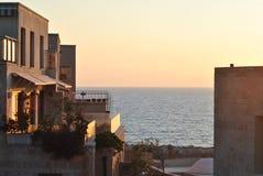 Gebäude gegen Meer Stockfotografie