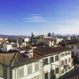 Gebäude gesehen vom Duomobalkon mit dem Rathaus auf einem blauen Himmel Lizenzfreies Stockbild
