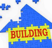 Gebäude-Haus zeigt die Teamwork, die Puzzlespiel konstruiert Lizenzfreie Stockfotografie