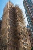 Gebäude in Hong Kong ist unter der Rekonstruktion, umgeben durch Baugerüst vom Bambus Architektur, Bauthema stockfoto