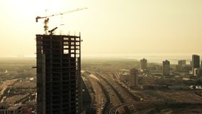 Gebäude im Bau mit Stadt auf dem Hintergrund bahrain stock video footage