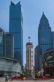 Gebäude im Chongqing-Markstein Befreiungs-Monument und im Geschäftsgebiet stockfoto