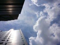 Gebäude im Himmel Lizenzfreies Stockfoto