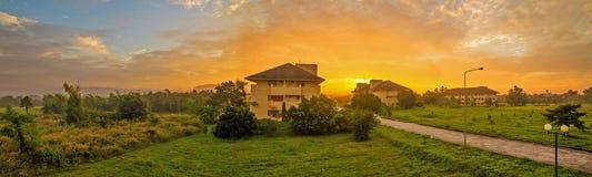 Gebäude im Sonnenaufgang Stockfoto