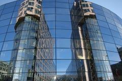 Gebäude im Spiegel Stockbild