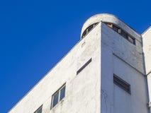 Gebäude im Stil des Konstruktivismus mit einem Turm ähnlich der Schiff ` s Kabine stockfotos