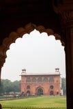 Gebäude im Torbogen im roten Fort in Delhi Indien Stockbilder