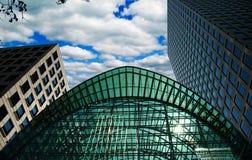 Gebäude im zitronengelben Kai Stockfotos