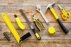 Gebäude-, Malerei- und Reparaturwerkzeuge für Hauserbauer-Arbeitsplatz stellten Draufsicht des hölzernen Hintergrundes ein Stockbilder