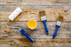 Gebäude-, Malerei- und Reparaturwerkzeuge für Hauserbauer-Arbeitsplatz stellten Draufsicht des hölzernen Hintergrundes ein Lizenzfreies Stockfoto