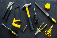 Gebäude-, Malerei- und Reparaturwerkzeuge für Hauserbauer-Arbeitsplatz stellten dunkles Draufsichtmuster des Hintergrundes ein Stockfotografie