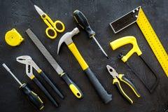 Gebäude-, Malerei- und Reparaturwerkzeuge für Hauserbauer-Arbeitsplatz stellten dunkles Draufsichtmuster des Hintergrundes ein Stockfotos