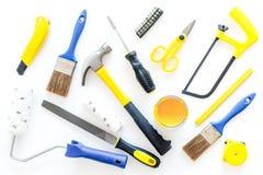 Gebäude-, Malerei- und Reparaturwerkzeuge für Hauserbauer-Arbeitsplatz stellten weißes Draufsichtmuster des Hintergrundes ein Stockbilder