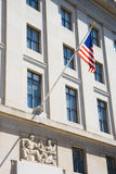 Gebäude mit amerikanischer Flagge innen Stockbild
