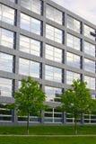 Gebäude mit Bäumen lizenzfreie stockfotografie