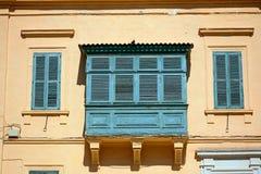 Gebäude mit Balkon und Fensterläden, Valletta Stockfotografie