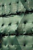 Gebäude mit Baugerüst und grüner Filetarbeit Lizenzfreies Stockfoto