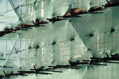 Gebäude mit Baugerüst und grüner Filetarbeit Lizenzfreie Stockfotos