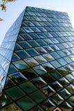 Gebäude mit Diamantfenstern Stockfoto