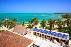 Gebäude mit einem Sonnenkollektor auf dem Isla Contoy Stockfotos