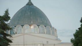 Gebäude mit einer Glaskuppel, das timelapse stock video
