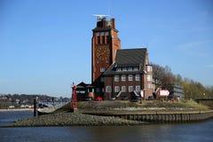 Gebäude mit einer Uhr im Hafen von Hamburg, Deutschland Lizenzfreie Stockfotos