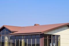 Gebäude mit gelben Wänden und einem rotbraunen Dach Moderne Materialien des Endes und der Deckung stockfoto