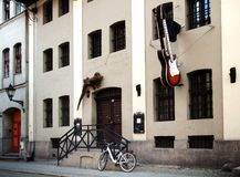 Gebäude mit Gitarrenzeichen und Geckostatue auf der Wand Lizenzfreie Stockfotografie