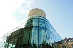 Gebäude mit Glaswand Stockfoto