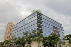 Gebäude mit Glaszwischenwand am bewölkten Tag lizenzfreies stockbild