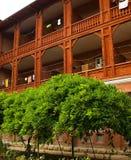 Gebäude mit hölzernen Balkonen lizenzfreie stockfotos