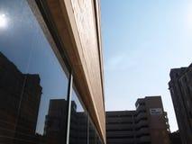 Gebäude mit kleinem Exemplarplatz Stockfotos