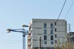 Gebäude mit Kran stockbild