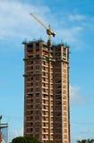 Gebäude mit Kran Lizenzfreie Stockbilder