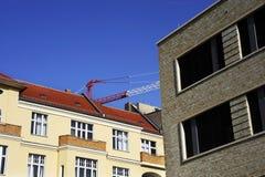 Gebäude mit Kranbalkenkran Stockfotografie