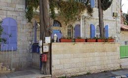 Gebäude mit mailboxs in der deutschen Kolonie jerusalem Lizenzfreies Stockfoto
