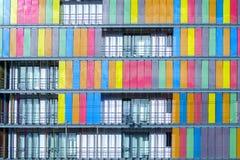 Gebäude mit mehrfarbigen Fensterläden in Athen, Griechenland Der Hintergrund lizenzfreie stockbilder